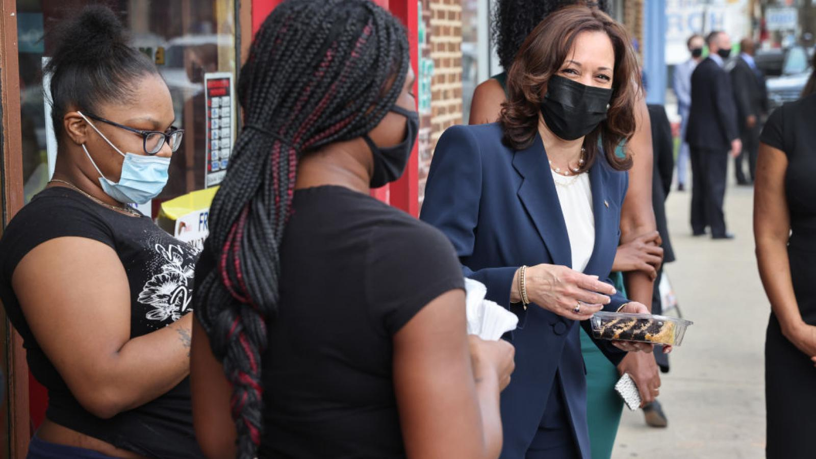 Kamala Harris visits a bakery, Chicago, IL, Apr. 6